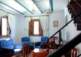 Sala de estar con sillones tapizados en azul