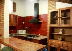Sala de estar y comedor con cocina al fondo