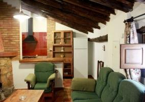 Sala de estar y comedor con vistas de las escaleras