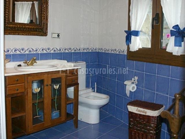 Llar de cosme casas rurales en campo de caso asturias - Banos con azulejos azules ...