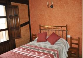 Dormitorio abuhardillado con dos camas muy coloridas
