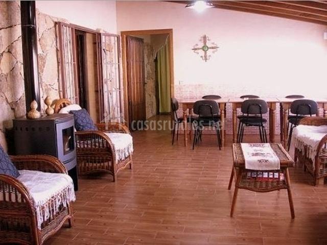 Salón de la casa rural con chimenea de pellet