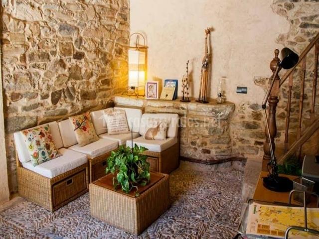 Acceso con recepción y sillones para descansar