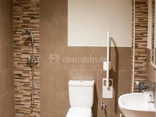 Dormitorio adaptado con detalles en tonos marrones