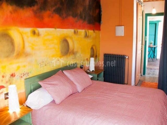 Dormitorio de matrimonio con mural