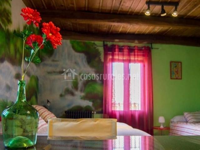 Dormitorio colorido con detalles florales