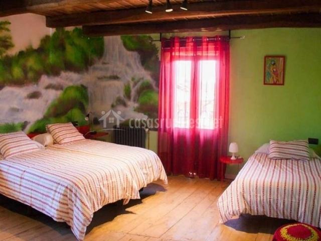 Dormitorio colorido en rojos y verdes