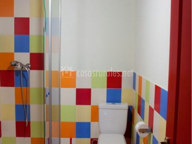 Dormitorio colorido y aseo