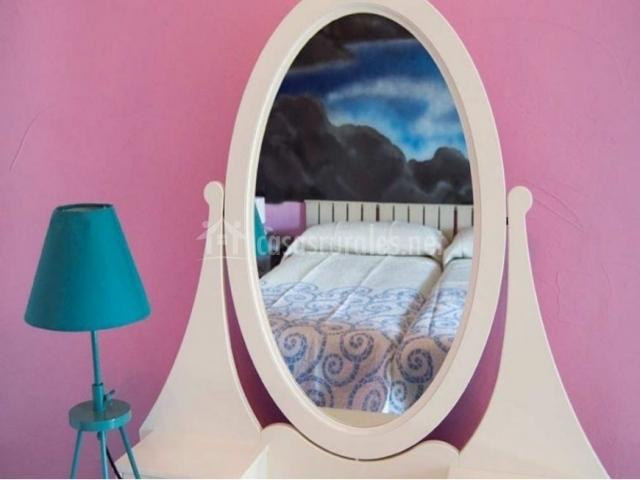 Dormitorio doble con espejo