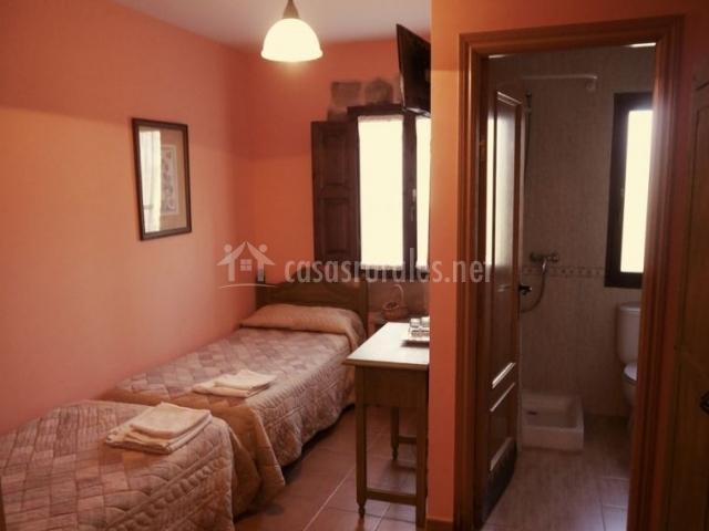 Dormitorio doble rosa y aseo en el interior