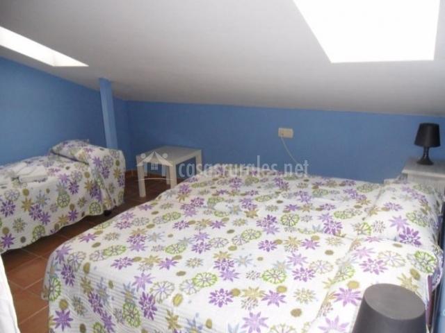 Dormitorio triple abuhardillado