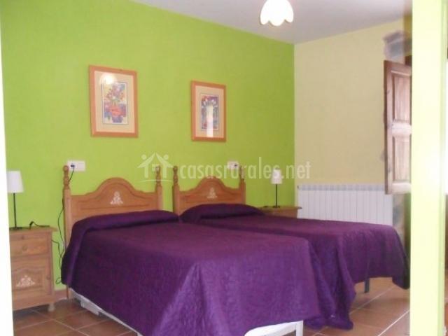 Dormitorio triple con paredes verdes