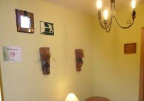 Entrada a la posada con pasillos y elementos decorativos
