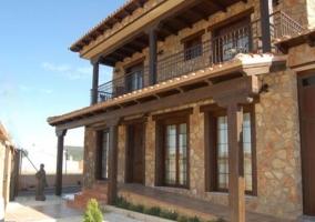 Amplias vistas de la casa con muro de piedra