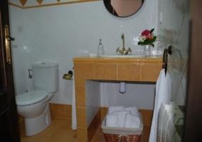 Aseo de la casa en color amarillo con toallas