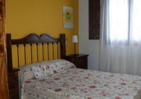 Dormitorio de matrimonio con pared en amarillo