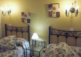 Dormitorio doble de la casa con mesilla de cristal