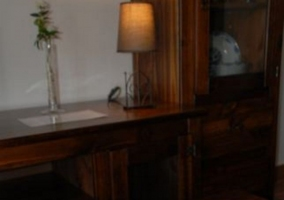 Sala de estar con mesa en tonos oscuros decorada
