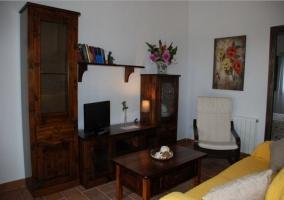 Sala de estar con mobiliario de madera oscuraa