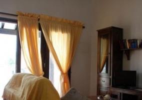 Sala de estar con sillones y detalles amarillos