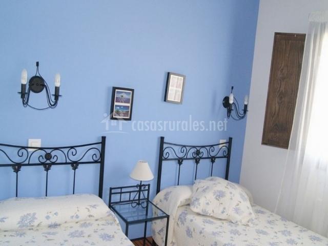 Dormitorio doble en color azul con camas individuales