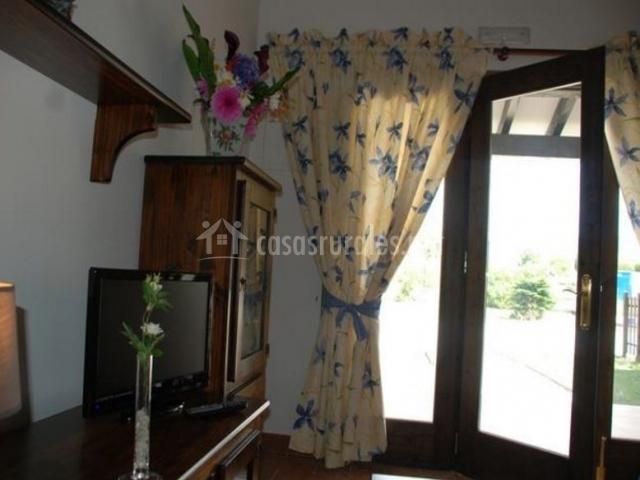 Sala de estar con cortinas en amarillo y azul