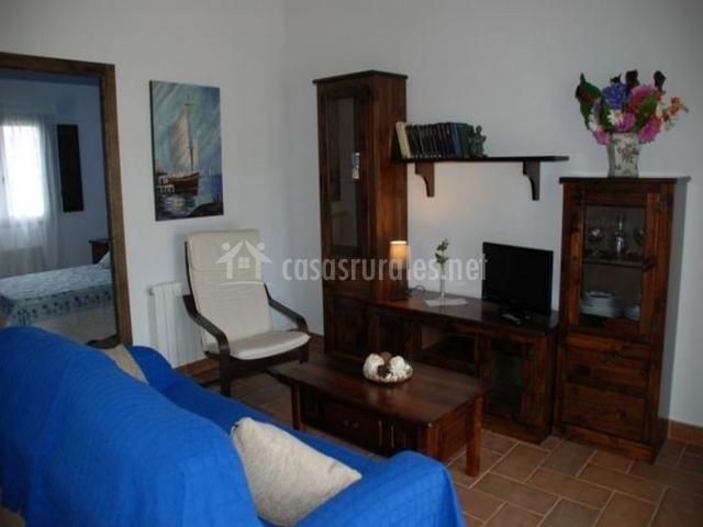 Sala de estar con sillones en color azul