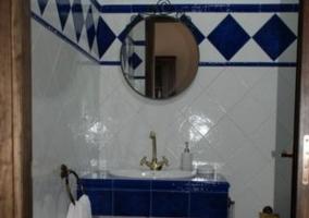 Aseo en blanco y azul con toallas
