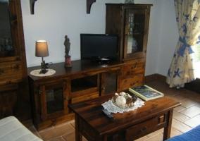 Sala de estar con detalles en la mesa