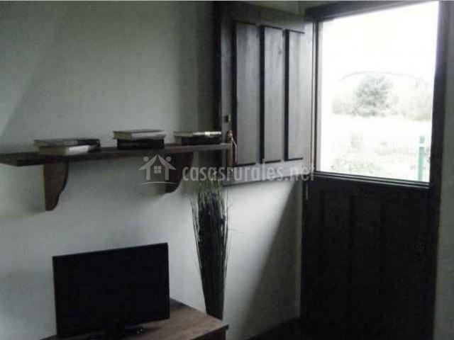 Sala de estar con puerta y vistas