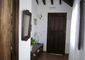 Entrada a la vivienda con mueble de madera