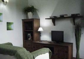 Sala de estar con sillones y mueble de madera