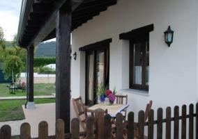 Vistas de la terraza con mesa y sillas