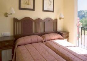 Dormitorio con 2 camas y terraza
