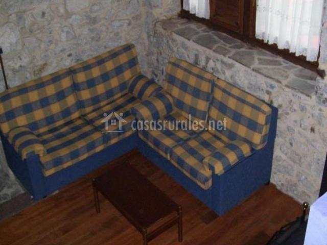 La casona de la senda del oso en entrago teverga asturias for Sala de estar vista desde arriba