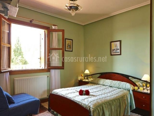 Principal dormitorio de matrimonio con ventana