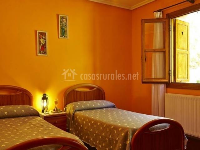 Principal dormitorio doble en color naranja