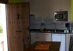 Apartamentos amplio y cocina tras la puerta