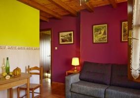 Apartamentos sala de estar con mesa de madera