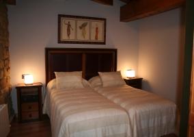 Elegantes dormitorios bajo vigas de madera