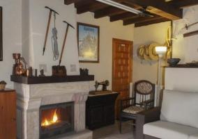 Sala de estar con chimenea en el centro y detalles tradicionales