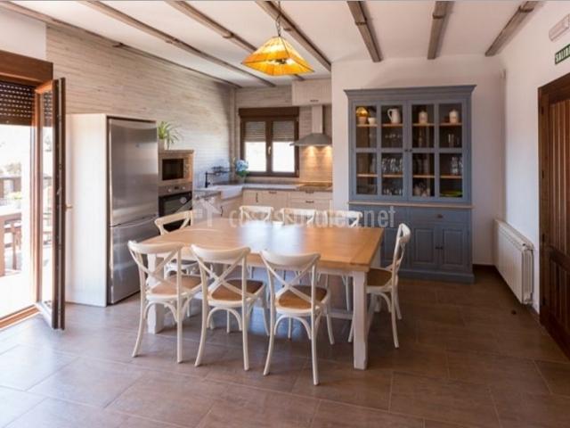 Cocina con mesa para comer y su conjunto de sillas