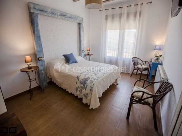 Dormitorio de matrimonio con detalles en azul