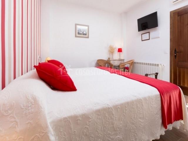 Dormitorio doble con detalles en rojo