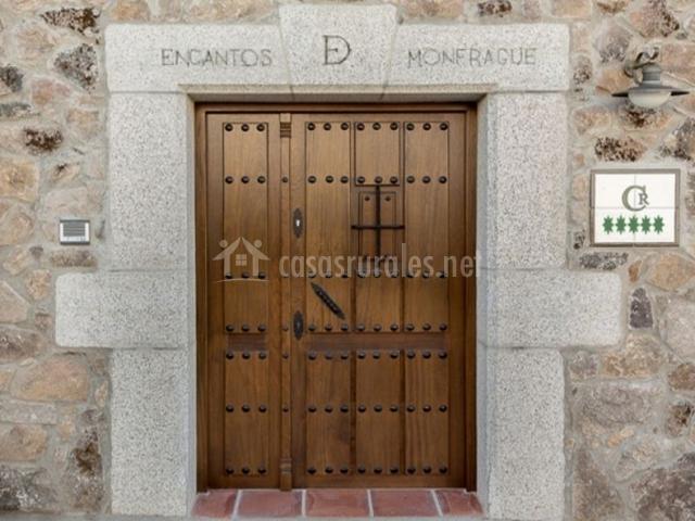 Vistas de la entrada con puerta de madera