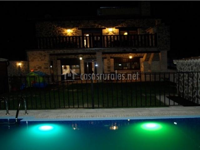 Vistas de la piscina vallada e iluminada