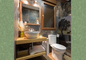 Dormitorio doble con detalles y aseo en color verde