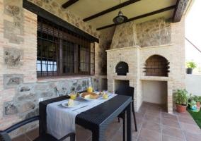 Vistas del porche en la planta baja con horno y barbacoa
