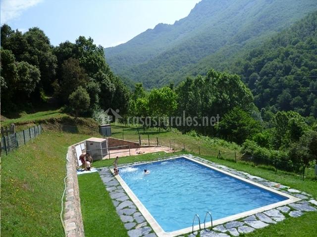 Casas rurales les iiles en montseny barcelona for Piscinas del montseny