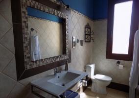 Baño del dormitorio azul